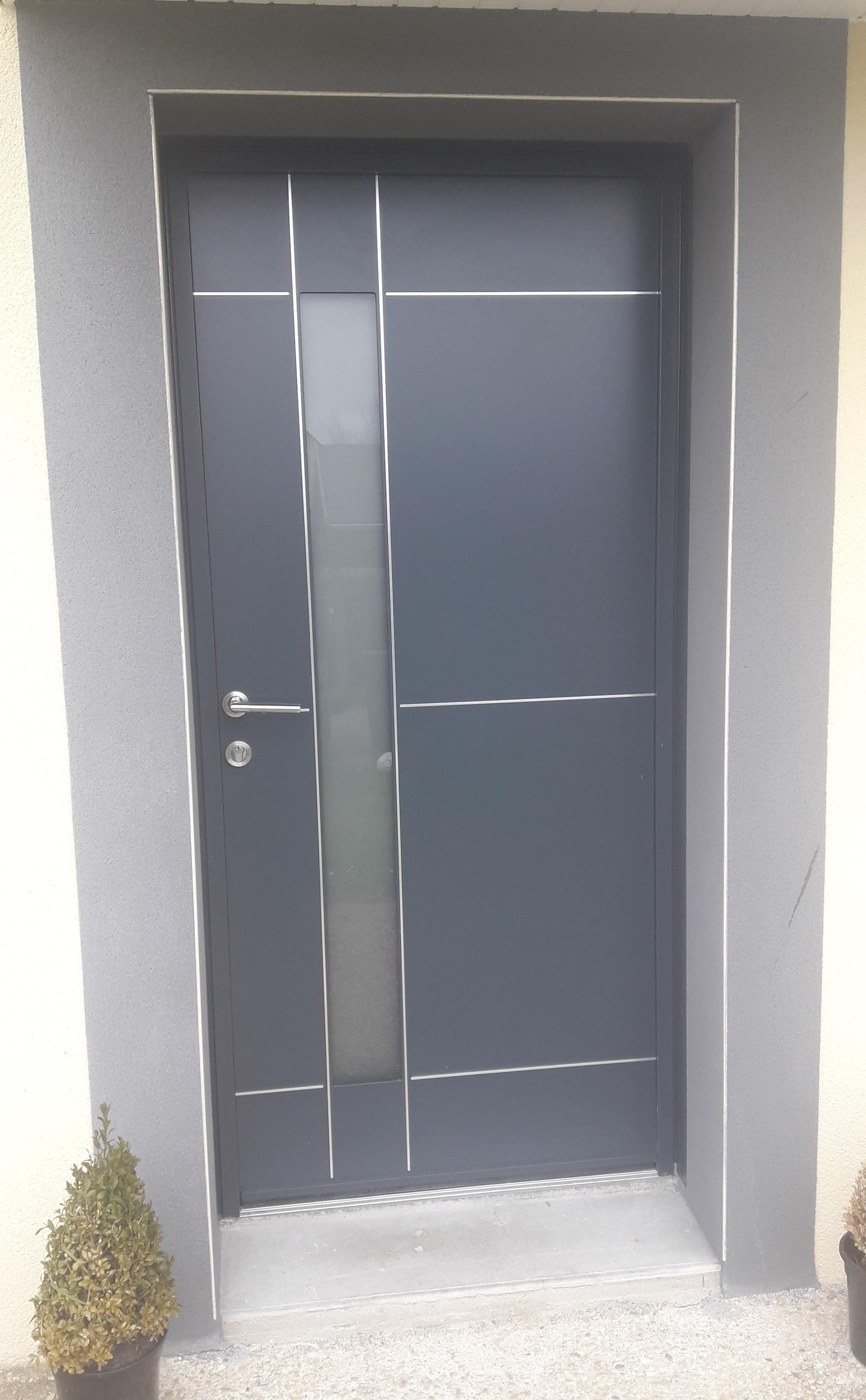 Porte d'entrée moderne en aluminium à Ploubalay